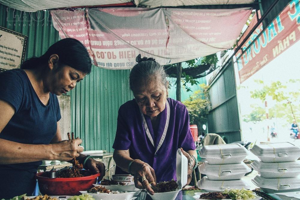Gạt nước mắt, mẹ chồng nạn nhân nấu cơm chay miễn phí cho cư dân Carina - Ảnh 2