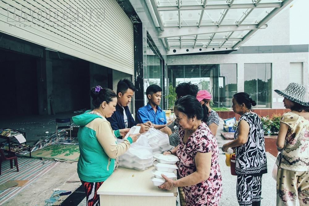 Gạt nước mắt, mẹ chồng nạn nhân nấu cơm chay miễn phí cho cư dân Carina - Ảnh 8