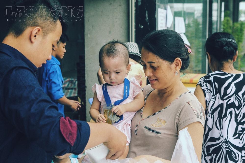 Gạt nước mắt, mẹ chồng nạn nhân nấu cơm chay miễn phí cho cư dân Carina - Ảnh 9
