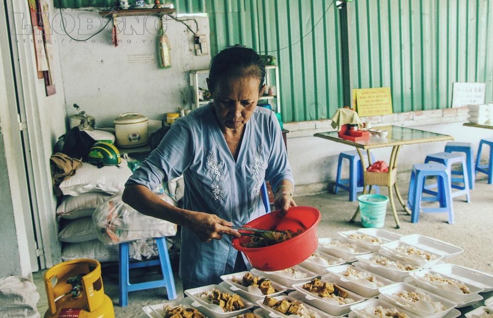 Gạt nước mắt, mẹ chồng nạn nhân nấu cơm chay miễn phí cho cư dân Carina - Ảnh 6