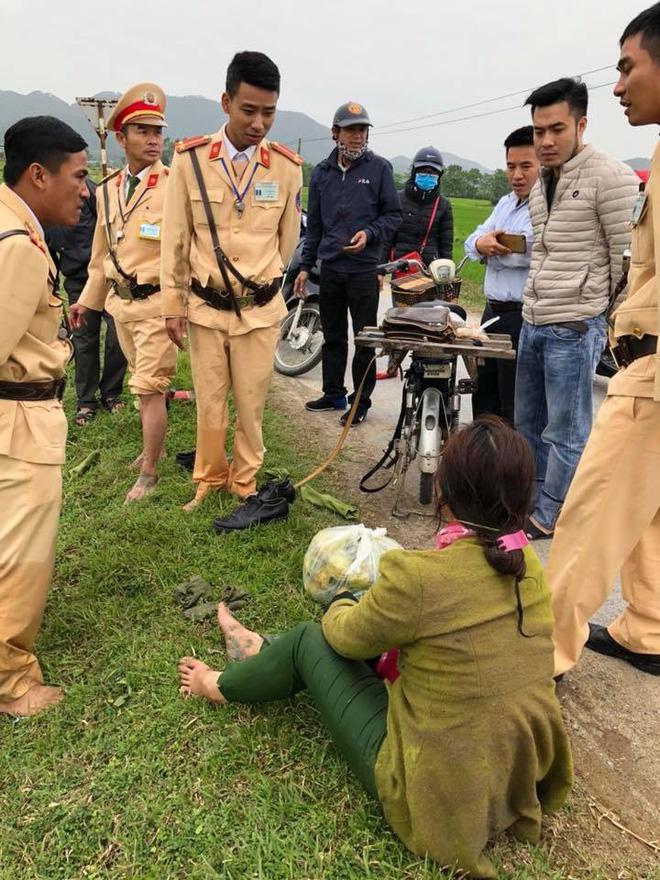 Ngã xuống mương nước, người phụ nữ được 4 chiến sỹ CSGT cứu sống - Ảnh 1