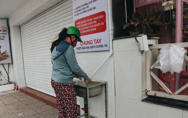"""Chủ nhân máy """"ATM nhả gạo"""" nói gì khi có nhóm người đến nhận gạo nhiều lần, tranh phần của bà con nghèo? - Ảnh 5"""