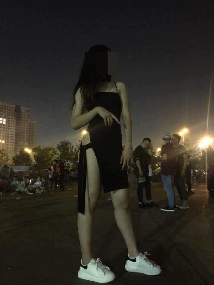 Khoe vòng 3 lộ liễu trong bộ váy cắt xẻ táo bạo, thiếu nữ 18 tuổi nhận về 'mưa gạch đá' - Ảnh 2