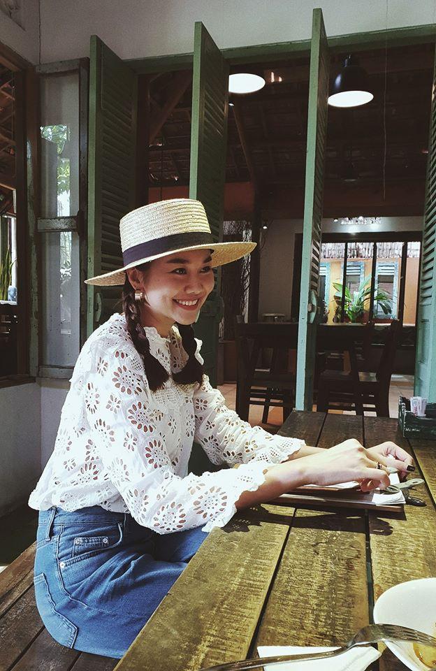 Học sao Việt cách chọn và kết hợp mũ cói sao cho thật duyên dáng khi diện cùng trang phục hè - Ảnh 3