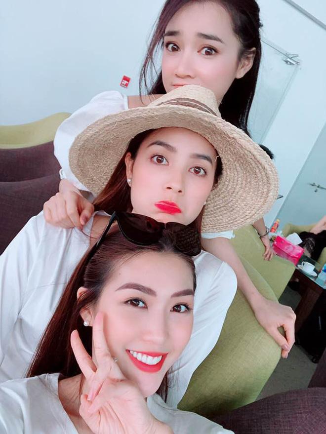 Học sao Việt cách chọn và kết hợp mũ cói sao cho thật duyên dáng khi diện cùng trang phục hè - Ảnh 8