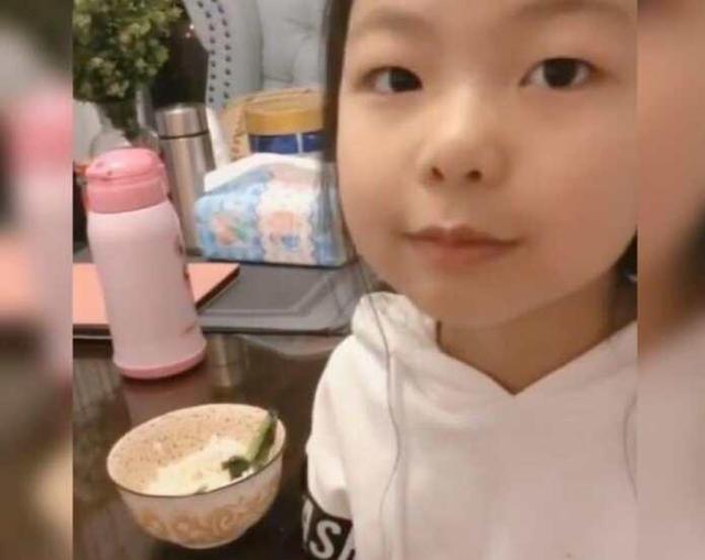 Em gái đang ăn thì khóc nức nở, cô chị bảo mẹ 'Không cần bận tâm, em chỉ giả vờ thôi!' và tiết lộ lý do đầy bất ngờ - Ảnh 2