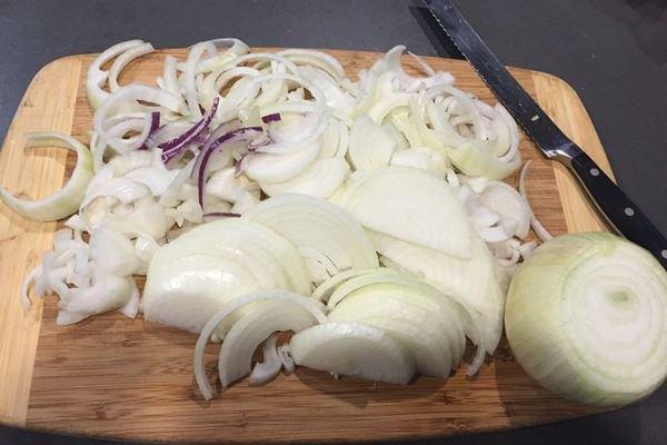 Cách làm gỏi gà với hành tây thơm ngon, thịt ngọt, the the của hành - Ảnh 4
