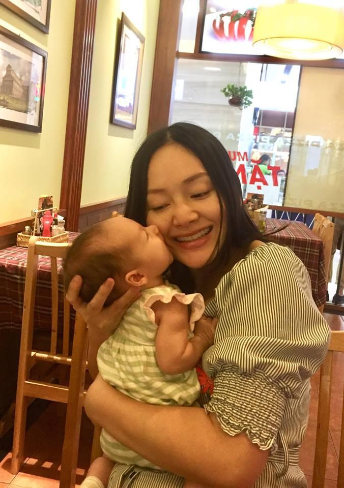 Không kiêng cữ, Lan Phương bế con gái mới sinh chưa đầy 1 tháng đi khắp nơi - Ảnh 1