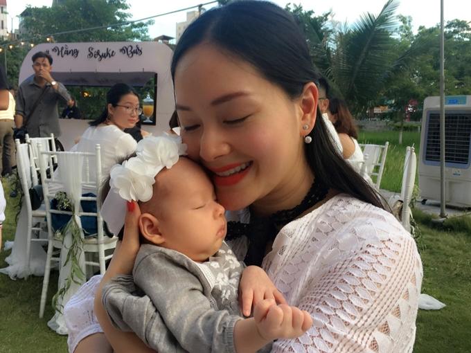 Không kiêng cữ, Lan Phương bế con gái mới sinh chưa đầy 1 tháng đi khắp nơi - Ảnh 4