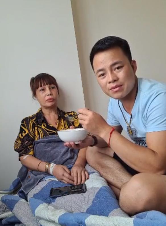 Cô dâu 62 tuổi bất ngờ nhập viện trong đêm, chồng trẻ Hoa Cương chia sẻ nguyên nhân khiến vợ bị sốc - Ảnh 2