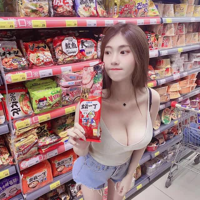 Nhá hàng hình selfie trong siêu thị, nàng hot girl gây sốc cộng đồng mạng, trang cá nhân đã có hơn 3 triệu lượt follow - Ảnh 2