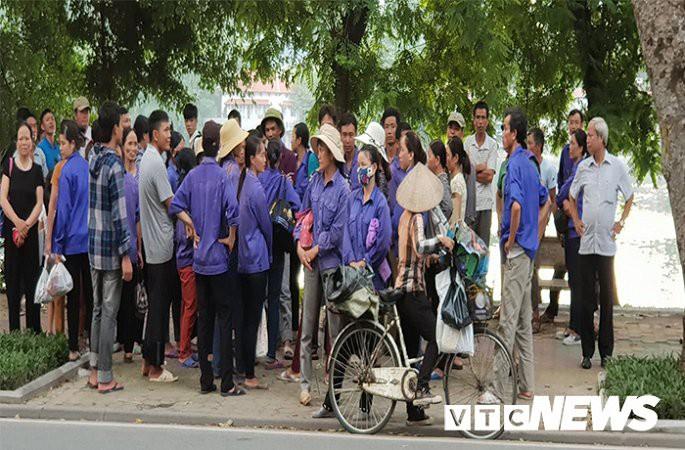 Hàng trăm công nhân bắt xe từ Thanh Hoá ra Hà Nội đòi lương và bảo hiểm - Ảnh 1