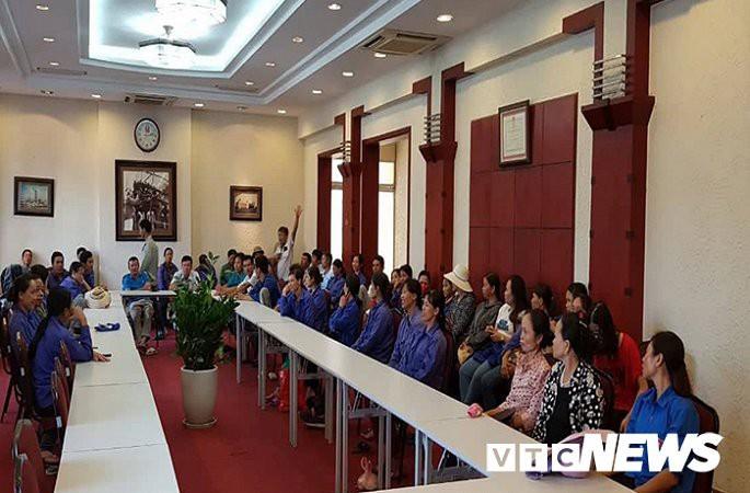 Hàng trăm công nhân bắt xe từ Thanh Hoá ra Hà Nội đòi lương và bảo hiểm - Ảnh 2