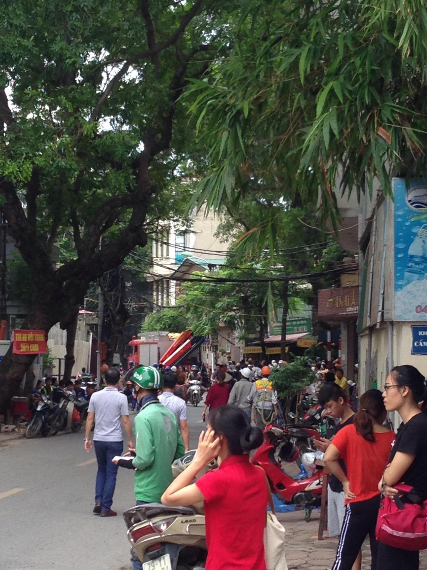 Hà Nội vừa xảy ra rung lắc mạnh, nhiều người dân hoảng hốt lao ra khỏi các tòa nhà cao tầng - Ảnh 1