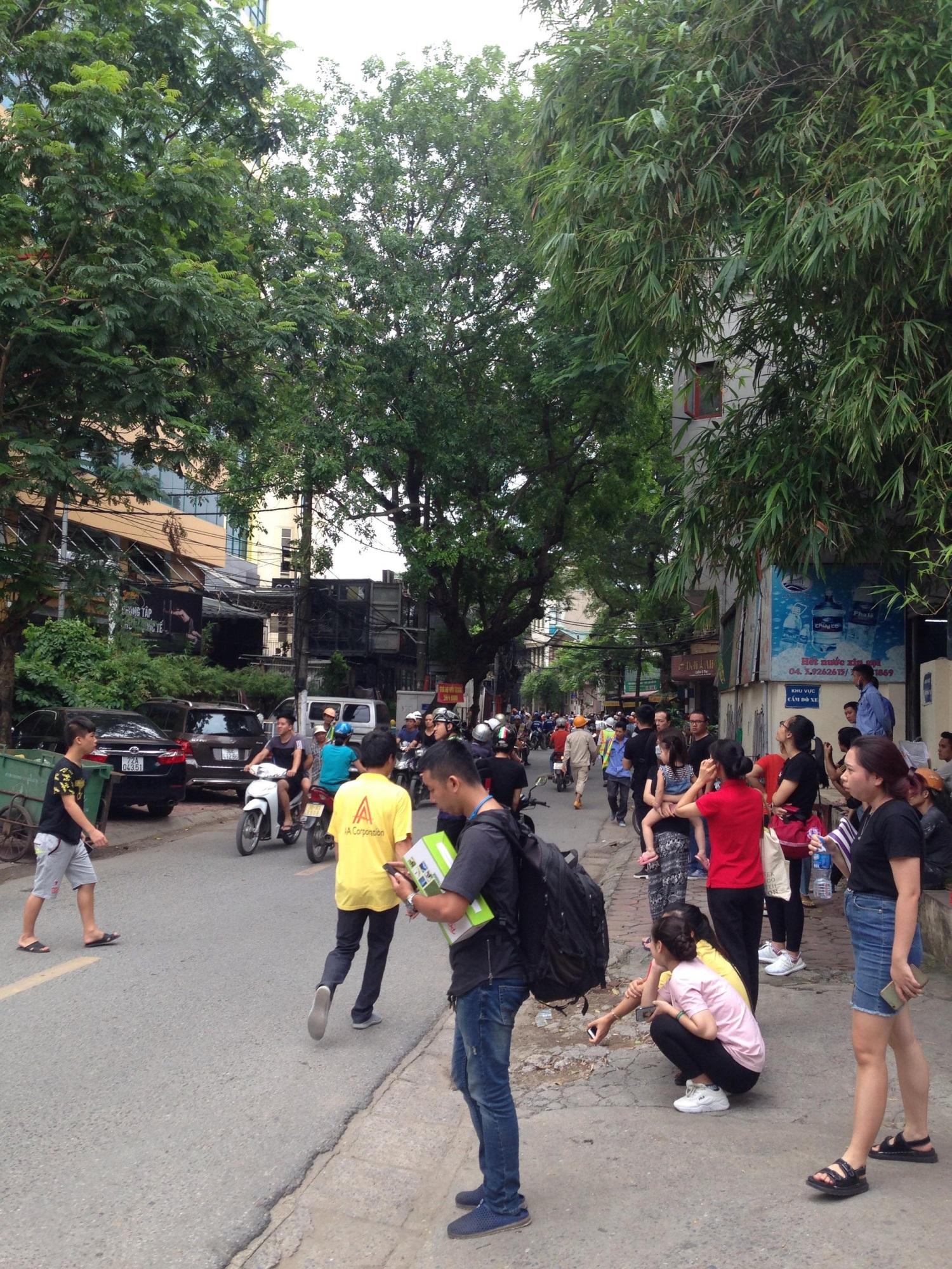 Hà Nội vừa xảy ra rung lắc mạnh, nhiều người dân hoảng hốt lao ra khỏi các tòa nhà cao tầng - Ảnh 2