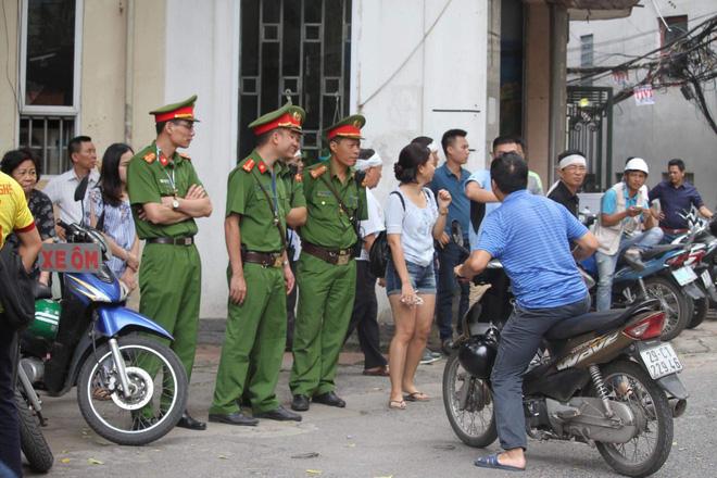 Hà Nội vừa xảy ra rung lắc mạnh, nhiều người dân hoảng hốt lao ra khỏi các tòa nhà cao tầng - Ảnh 6