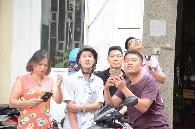 Hà Nội vừa xảy ra rung lắc mạnh, nhiều người dân hoảng hốt lao ra khỏi các tòa nhà cao tầng - Ảnh 8