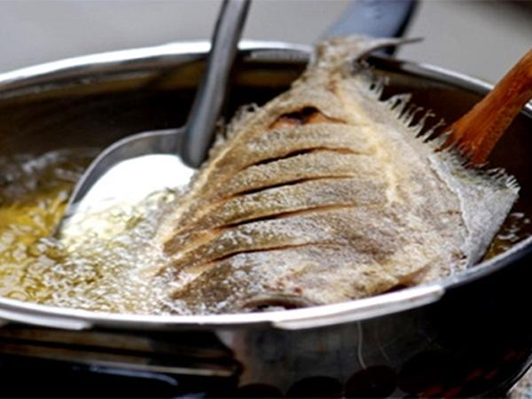 Bó túi 5 mẹo này để cá rán luôn vàng giòn không bị dính chảo - Ảnh 1