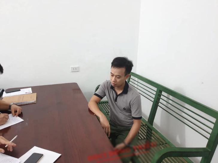 Kẻ cướp tiệm vàng Lương Oanh mặt tái mét, thất thần ở trụ sở công an - Ảnh 1