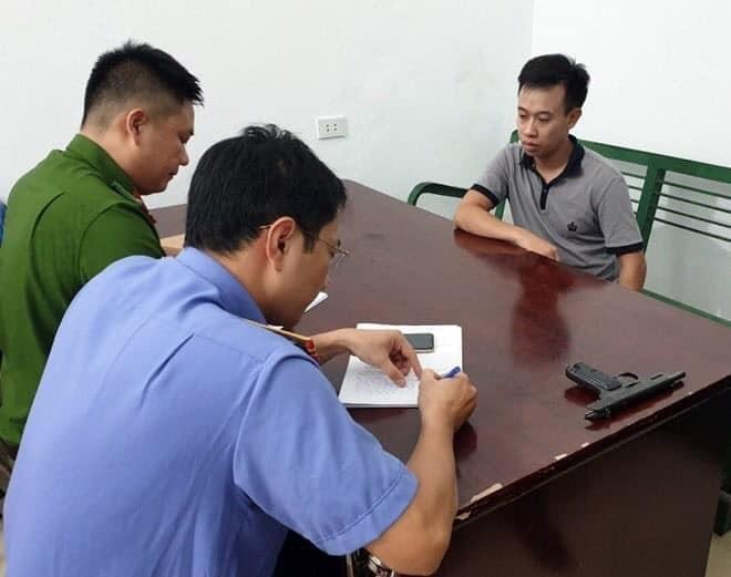 Kẻ cướp tiệm vàng Lương Oanh mặt tái mét, thất thần ở trụ sở công an - Ảnh 2