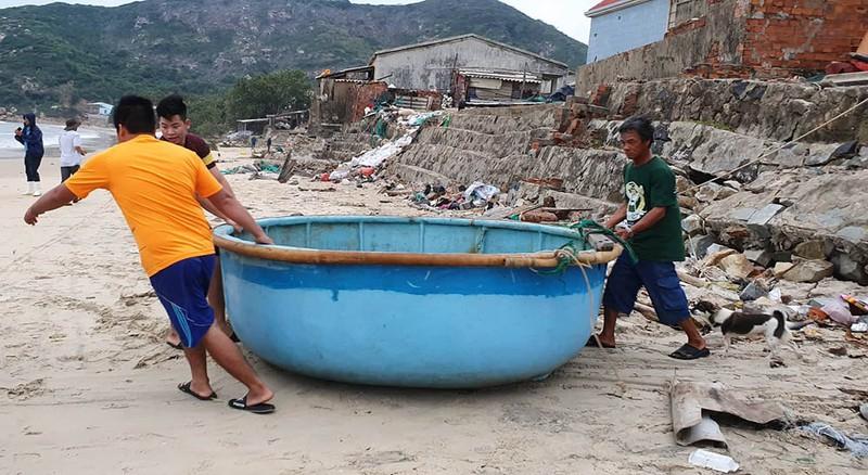 Cuộc sơ tán dân tránh bão số 6 lớn nhất ở Phú Yên - Ảnh 4