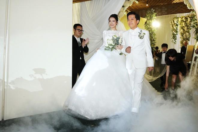 NTK Chung Thanh Phong tiết lộ 2 mẫu váy cưới đặc biệt của Đông Nhi - Ảnh 3