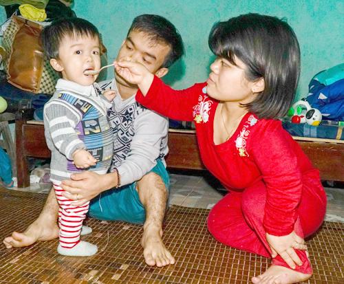 Cặp vợ chồng tí hon bị trách vì 'đẻ con cho khổ' - Ảnh 1