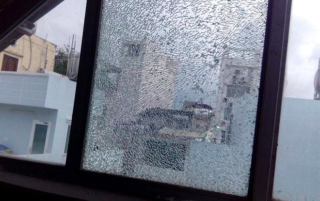 Hàng loạt cửa kính nhà dân ở trung tâm Sài Gòn bị bắn vỡ - Ảnh 1