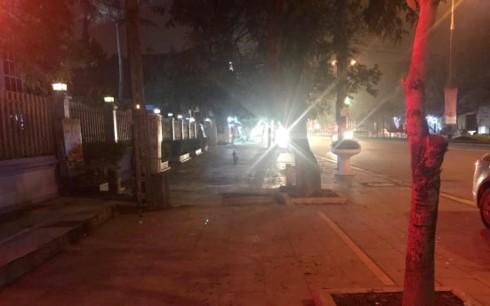 Đang đứng trên vỉa hè, 2 người đàn ông bị nhóm thanh niên dùng súng bắn thương vong - Ảnh 1