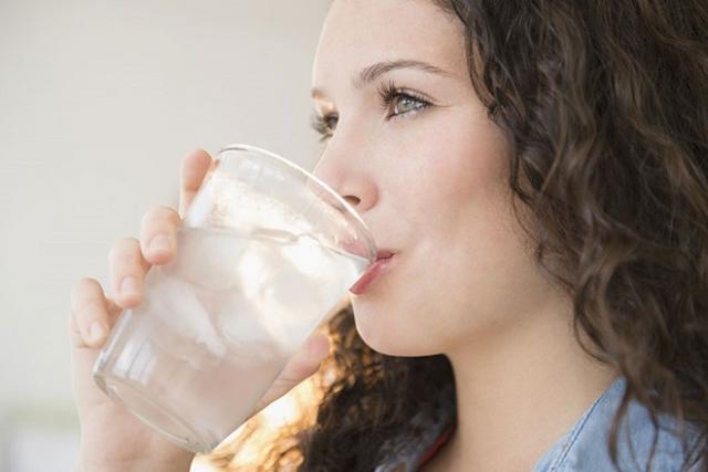 Sau sinh bao lâu được uống nước lạnh