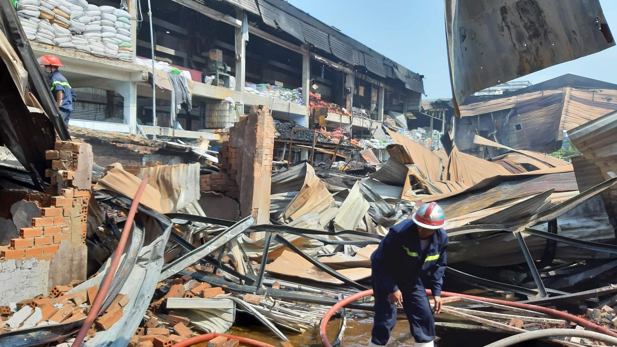 Kho xưởng chứa rau củ quả đổ sập sau đám cháy kinh hoàng ở Sài Gòn - Ảnh 1