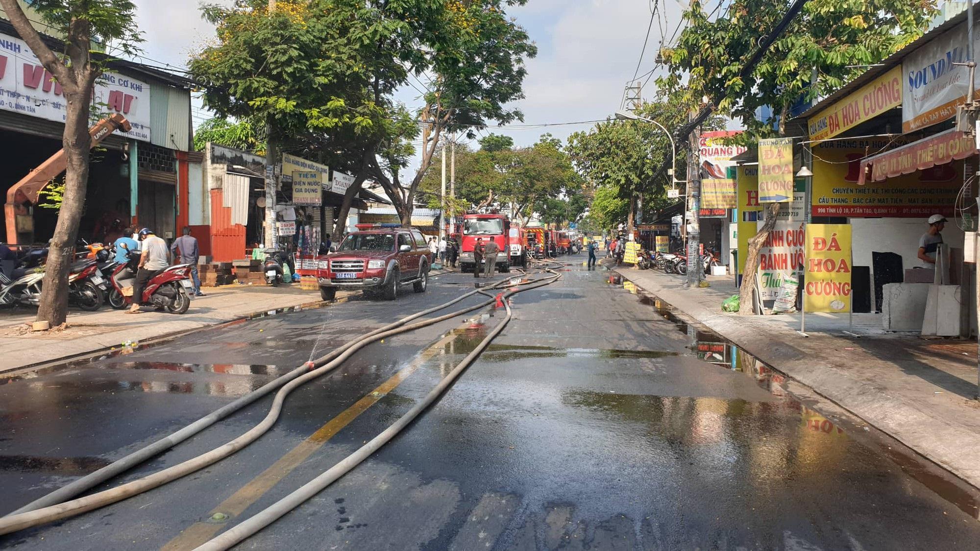Kho xưởng chứa rau củ quả đổ sập sau đám cháy kinh hoàng ở Sài Gòn - Ảnh 2