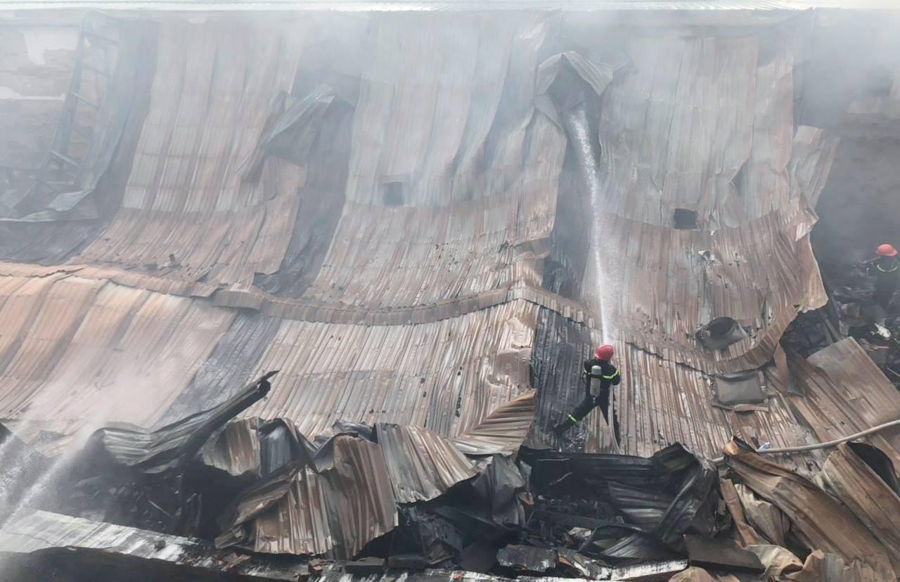 Kho xưởng chứa rau củ quả đổ sập sau đám cháy kinh hoàng ở Sài Gòn - Ảnh 3