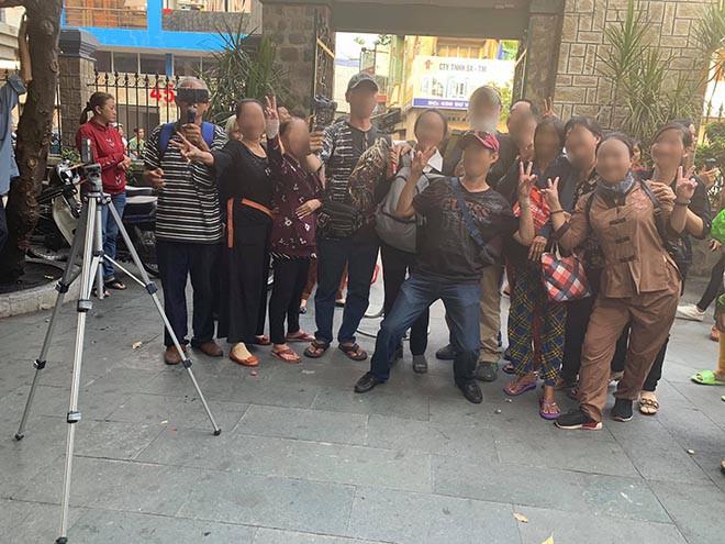 Ngọc Lan bức xúc trước cảnh nhiều người đu bám, chụp ảnh cười đùa tại đám tang Anh Vũ - Ảnh 5