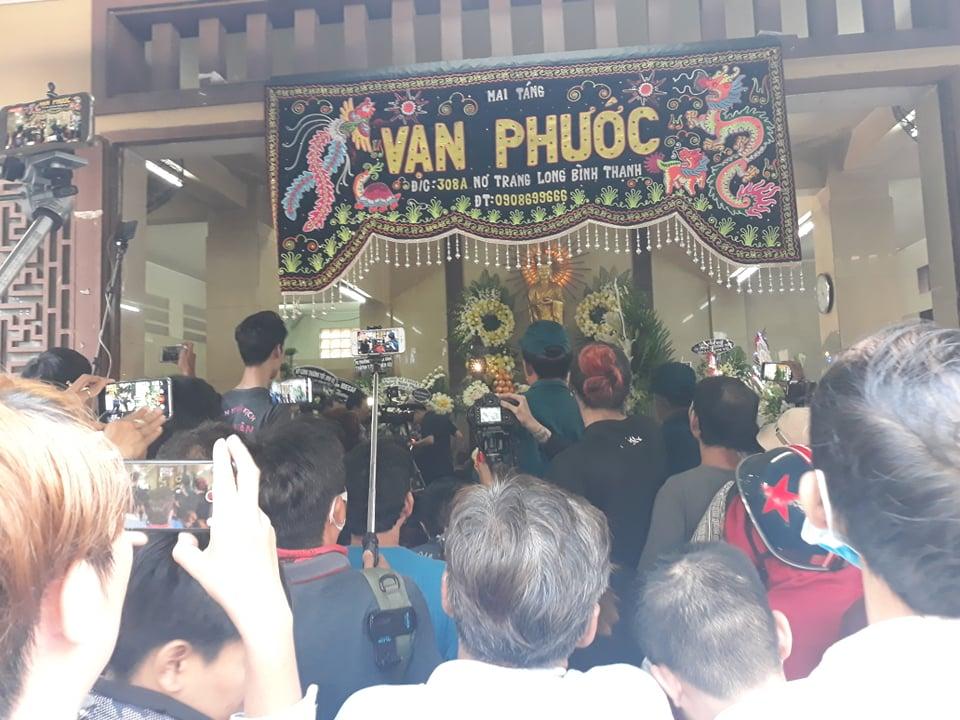 Ngọc Lan bức xúc trước cảnh nhiều người đu bám, chụp ảnh cười đùa tại đám tang Anh Vũ - Ảnh 4