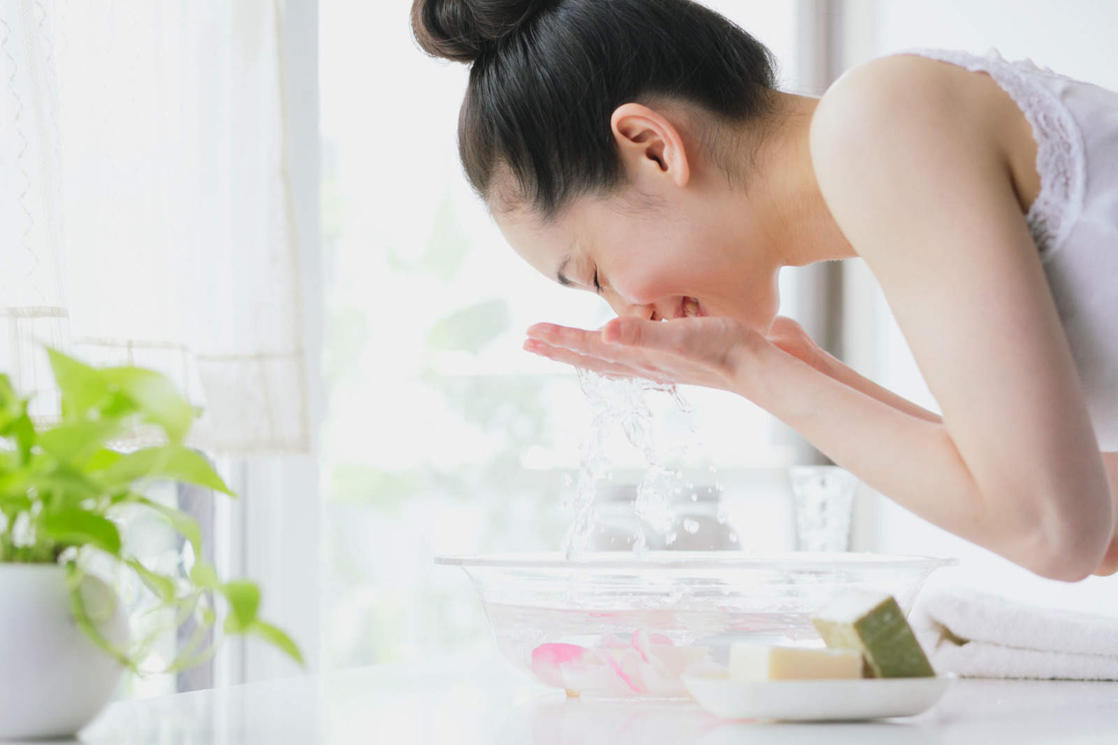 Da sần sùi, mụn nổi chi chít vì cứ giữ những thói quen sai lầm này khi rửa mặt - Ảnh 1