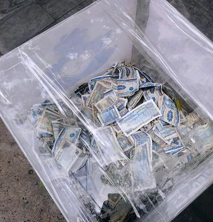 Chuyện bất ngờ đằng sau thùng tiền