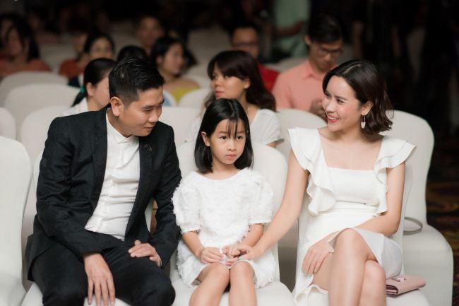 'Sốt' vì ảnh Lưu Hương Giang cho con bú khi trang điểm - Ảnh 2