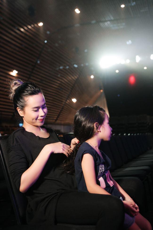 'Sốt' vì ảnh Lưu Hương Giang cho con bú khi trang điểm - Ảnh 3