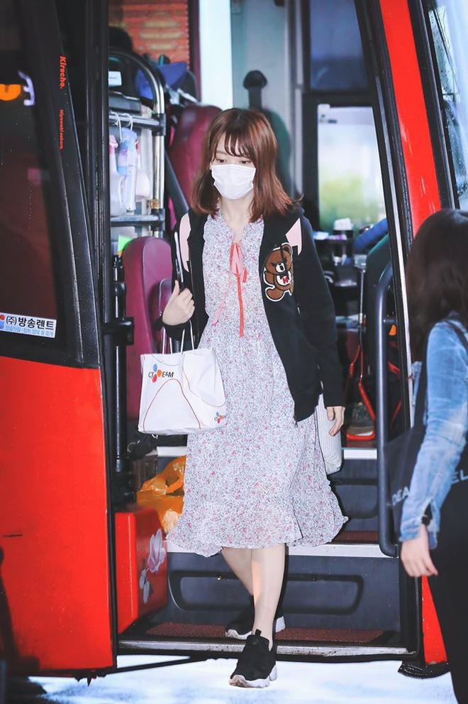 Lột xác từ style Nhật 'thắm thơm' sang style Hàn cá tính, Sakura (IZ*ONE) khiến netizen phải trầm trồ không ngớt - Ảnh 2