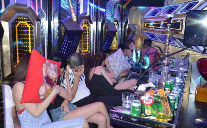 """Hàng chục dân chơi """"bay, lắc"""" trong quán karaoke - Ảnh 1"""