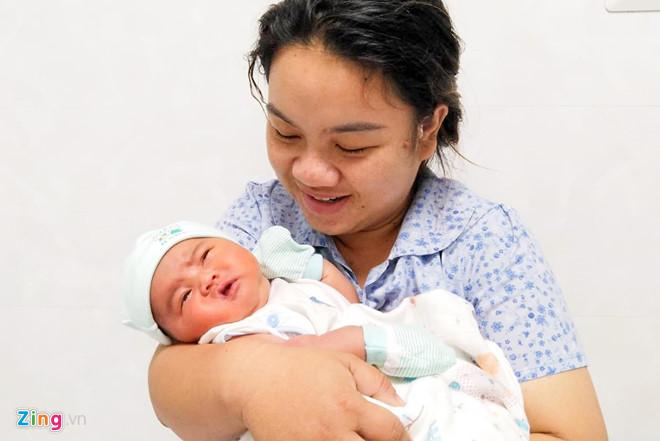 Sản phụ sinh con nặng nhất ở Quảng Ngãi: 'Tôi vừa mừng vừa lo âu' - Ảnh 1