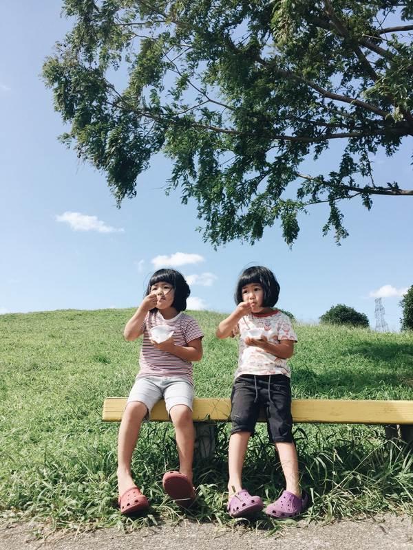 Sun và Moon - cặp song sinh tóc ngố, má phính đốn tim cư dân mạng với loạt ảnh đẹp long lanh - Ảnh 15