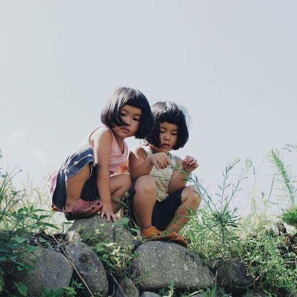 Sun và Moon - cặp song sinh tóc ngố, má phính đốn tim cư dân mạng với loạt ảnh đẹp long lanh - Ảnh 22
