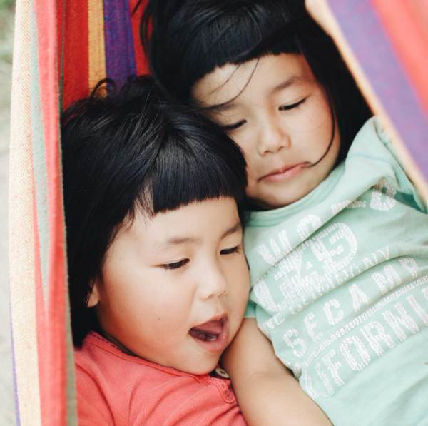 Sun và Moon - cặp song sinh tóc ngố, má phính đốn tim cư dân mạng với loạt ảnh đẹp long lanh - Ảnh 29