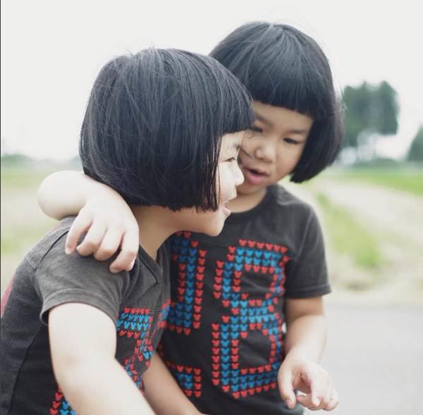 Sun và Moon - cặp song sinh tóc ngố, má phính đốn tim cư dân mạng với loạt ảnh đẹp long lanh - Ảnh 32