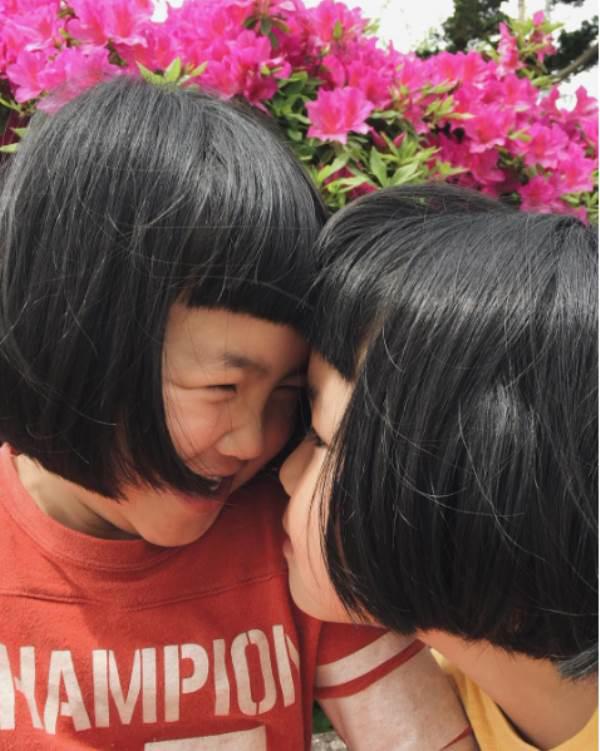 Sun và Moon - cặp song sinh tóc ngố, má phính đốn tim cư dân mạng với loạt ảnh đẹp long lanh - Ảnh 33