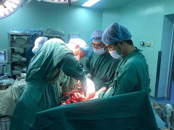 Bác sĩ chạy đua 3 phút để cứu thai nhi không chết trong bụng mẹ