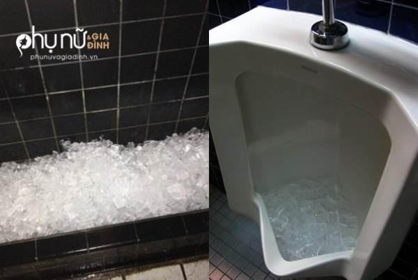 Đây là lí do thực sự khiến người ta bỏ đá lạnh vào bồn cầu toilet nam - Ảnh 1