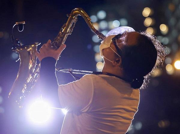 Nghệ sĩ saxophone Trần Mạnh Tuấn mang khẩu trang, biểu diễn động viên tinh thần tại Bệnh viện dã chiến thu dung số 3